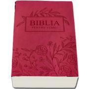 Biblia pentru femei, mare, coperta pvc flexibila, roz inchis, cu model floral gravat